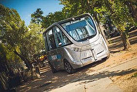 NAVYA ARMA can transport up to 15 passengers and safely drives up to 45 km/h. Intelligent and reliable, it can adapt to any situation by avoiding the static and dynamic obstacles.
